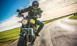 Motocykl na drogowej jazdie mieć zabawę jedzie pustą drogę o Obrazy Royalty Free