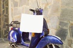 Motocykl parkujący z torba na zakupy obwieszeniem Fotografia Royalty Free
