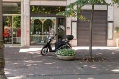 Motocykl przed biznesem -2 Zdjęcia Royalty Free