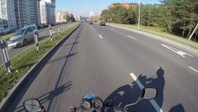 Motocykl przejażdżka Minsk miastem, pov, drogowa przygoda w kierunku słońca jaśnienia, jesień nastrój zbiory wideo