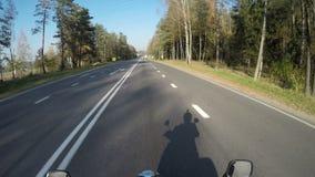 Motocykl przejażdżka pov, drogowa przygoda w kierunku słońca jaśnienia, jesień nastrój zbiory