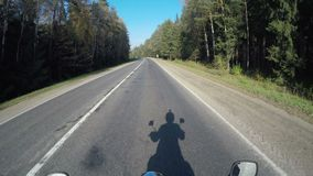 Motocykl przejażdżka pov, drogowa przygoda w kierunku słońca jaśnienia, jesień nastrój, czasu upływ zbiory