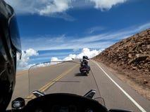 Motocykl przejażdżka - szczupaki Osiągają szczyt Kolorado obrazy royalty free