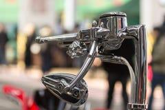 Motocykl rękojeści benzynowy i frontowy hamulec dekorował z czaszką obraz stock