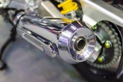 Motocykl rura wydechowa z ostrością na chrom rurze wydechowej fotografia stock