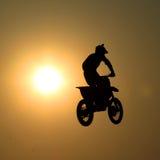 Motocykl skacze w powietrzu Zdjęcia Stock