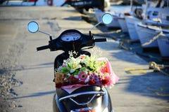 Motocykl z kwiatami na nim na porcie Obrazy Royalty Free