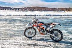 Motocykl z nabijać ćwiekami oponami na lodzie jest w otwartym terenie Zdjęcie Royalty Free