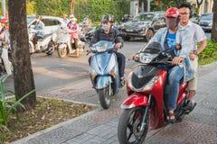 Motocykle jadą na chodniczku w Ho Chi Minh mieście, Wietnam fotografia stock