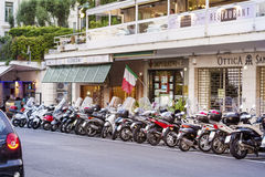 Motocykle parkujący na ulicie w mieście San Remo, Włochy zdjęcia royalty free
