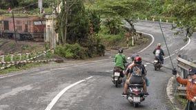Motocykle z pasażerami wznawia po tym jak zatrzymujący dla pociągu przechodzić, Hai Van Przechodzący, Wietnam zdjęcia royalty free