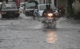 Motocykliści łamali przez powodzi obrazy stock