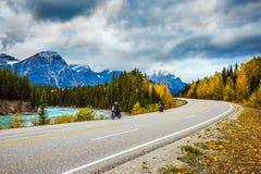 Motocykliści jedzie na drodze fotografia stock