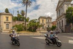 Motocykliści przetrawersowywają Romańskie ulicy fotografia stock