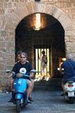 Motocykliści przy bramami antyczny Rhodes miasto zdjęcia stock