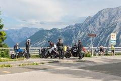 Motocykliści przy parking samochodowego Rossfeld panoramy drogą nad Niemieckimi górami zdjęcie stock