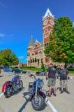 Motocykliści przy Zielonym okręgiem administracyjnym Courtcouse, Monroe -, WI Fotografia Royalty Free