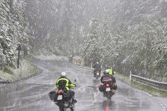 Motocykliści w śnieżycy, Austria zdjęcie stock