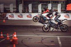Motocykliści w motorowych bieżnych rywalizacjach fotografia royalty free