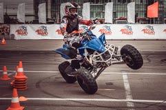 Motocykliści w motorowych bieżnych rywalizacjach obrazy stock