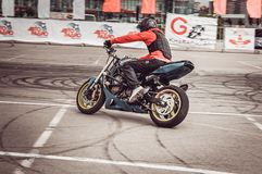 Motocykliści w motorowych bieżnych rywalizacjach obrazy royalty free