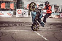 Motocykliści w motorowych bieżnych rywalizacjach obraz stock