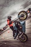 Motocykliści w motorowych bieżnych rywalizacjach fotografia stock