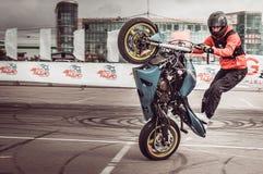 Motocykliści w motorowych bieżnych rywalizacjach obraz royalty free