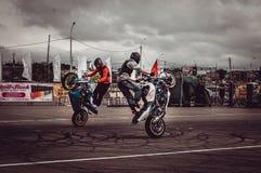 Motocykliści w motorowych bieżnych rywalizacjach zdjęcia royalty free