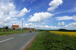 Motocykli/lów jeźdzowie na wiejskiej drodze Obraz Royalty Free