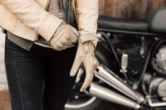 Motocykli/lów kaferacers Dziewczyn smokingowe rzemienne rękawiczki Beżowe rzemienne rękawiczki Rękawiczki dla motocykl jazdy Obrazy Stock