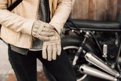 Motocykli/lów kaferacers Dziewczyn smokingowe rzemienne rękawiczki Beżowe rzemienne rękawiczki Rękawiczki dla motocykl jazdy Fotografia Stock
