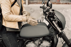 Motocykli/lów kaferacers Dziewczyn smokingowe rzemienne rękawiczki Beżowe rzemienne rękawiczki Rękawiczki dla motocykl jazdy Zdjęcie Royalty Free