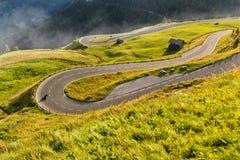 Motocykli/lów kierowcy jedzie w Alpejskiej autostradzie plenerowa zdjęcie Fotografia Royalty Free