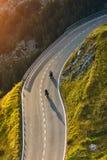 Motocykli/lów kierowcy jedzie w Alpejskiej autostradzie plenerowa zdjęcie Zdjęcia Stock