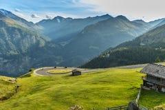 Motocykli/lów kierowcy jedzie w Alpejskiej autostradzie plenerowa zdjęcie Zdjęcie Stock