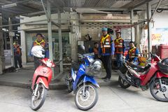Motocykli/lów taxi czeka pasażera use usługa ludzi przy stacją Obrazy Royalty Free