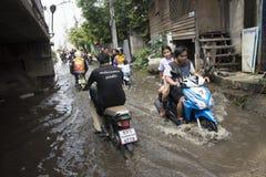 Motocykli/lów taxi i ochotniczy przewożeń ludzie przechodzący zalewają na drodze iść Łomotać pai świątynię obrazy royalty free