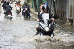 Motocykli/lów taxi i ochotniczy przewożeń ludzie przechodzący zalewają na drodze iść Łomotać pai świątynię zdjęcia royalty free