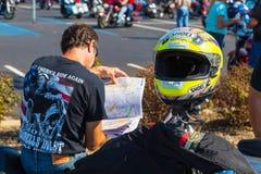 Motocyklista Czyta Drogową mapę Obrazy Royalty Free