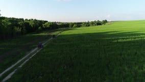Motocyklista i dwa kwadrata jeźdza jedziemy w rosjanina polu zdjęcie wideo