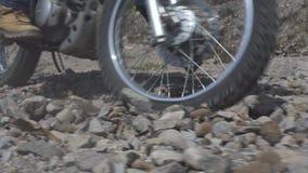 Motocyklista jazda na motocyklu na żwir drodze w górze Moto rowerzysty jeżdżenie na motocyklu przy skalistym z drogi Moto zbiory wideo