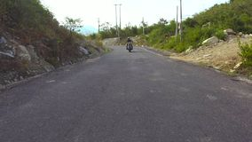 Motocyklista jazda na motocyklu na halnej drodze zamkniętej w górę Obsługuje motocyklisty jeżdżenie na motocyklu przy wijącą drog zbiory