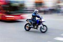 Motocyklista na drodze obraz stock