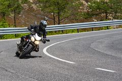 Motocyklista na drogowym zwrocie obrazy royalty free