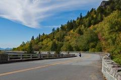Motocyklista na Parkway zdjęcie royalty free