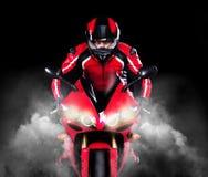 Motocyklista w czerwonym wyposażeniu zdjęcia stock