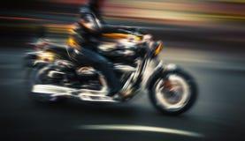 Motocyklista w ruch plamie zdjęcia stock