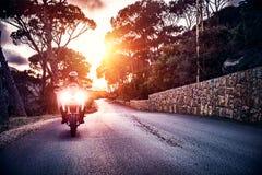 Motocyklista w zmierzchu świetle obrazy royalty free