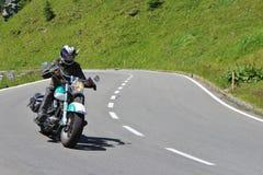 Motocyklista wysoka Alpejska droga Grossglockner Fotografia Stock